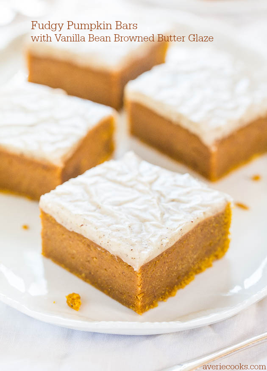 Fudgy Barritas de calabaza con glaseado de mantequilla dorada con vainilla - ¡Barras tan suaves que parecen morder el dulce de calabaza! El esmalte es ahh-mazing !!!