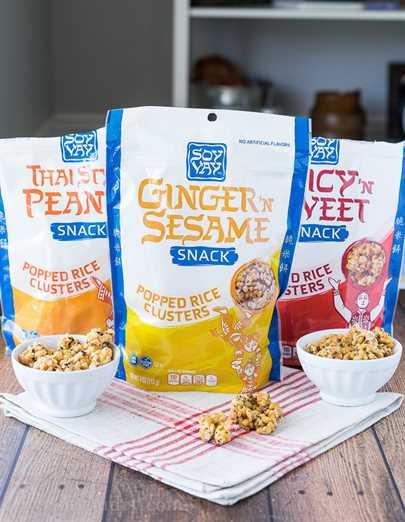 Este Ginger Sesame Trail Mix de inspiración asiática es una divertida combinación de la merienda más nueva de Soy Vay: racimos de arroz reventado junto con frutas secas y nueces. ¡Perfecto para picar mientras viaja!