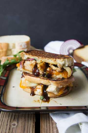 Sándwich de pollo a la parrilla con queso a la parrilla