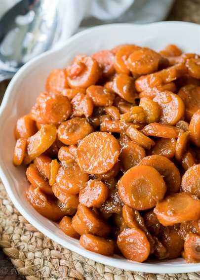 ¡Estas zanahorias glaseadas con azúcar moreno se hacen en solo 5 minutos con solo 5 ingredientes simples! ¡Perfecto para un acompañamiento rápido de Acción de Gracias!
