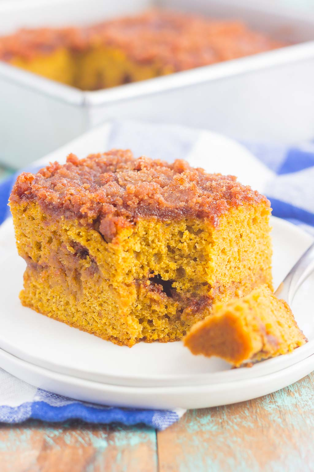 Este pastel de migas de canela y calabaza sin gluten requiere solo unos pocos ingredientes y está listo en poco tiempo. El pastel de calabaza esponjoso se remueve con un dulce streusel de canela y luego se hornea hasta que esté dorado. ¡Este pastel fácil es perfecto para servir en todas sus reuniones navideñas! #cake #pumpkincake #crumbcake #glutenfree #glutenfreecake #glutenfreepumpkincake #pumpkincrumbcake #pumpkinrecipes #pumpkindessert #dessert