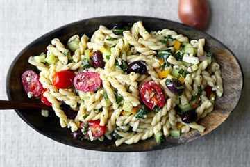 Ensalada de pasta griega: ¡esta es una receta de ensalada de pasta griega ligera, refrescante y picante llena de verduras para una comida saludable! Listo en 25 minutos de principio a fin. Receta, ensalada, acompañamiento, principal, saludable, fácil | pickledplum.com