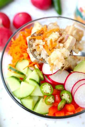 Tazón de poke de tofu y vegetales - Traiga una brisa hawaiana a su cocina con este vibrante tazón de poke de tofu y vegetales. Receta de poke bowl a base de plantas, vegano poke bowl, tofu recetas saludables | pickledplum.com