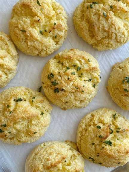 Las galletas de pan de maíz son galletas fáciles de soltar que se pueden hacer en solo minutos. La mantequilla y la crema agria hacen que estas galletas de pan de maíz estén tan húmedas y mantecosas.