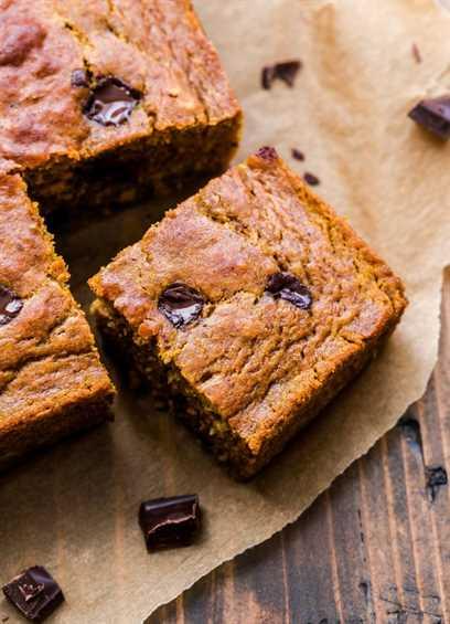 Rebanada cuadrada de pastel de calabaza con trozos de chocolate cortado del pastel.