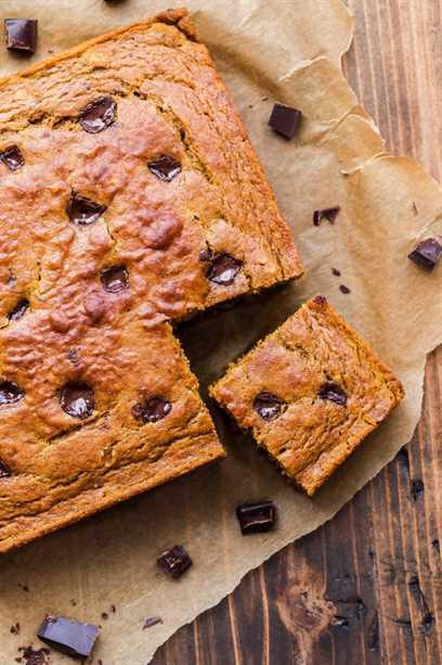 Fotografía de arriba Pastel de trozos de calabaza y chocolate con un corte cuadrado.