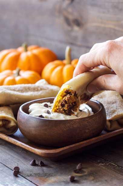 Calabaza con chispas de chocolate Pastel de queso Rollo de huevo medio comido y sumergido en crema batida.