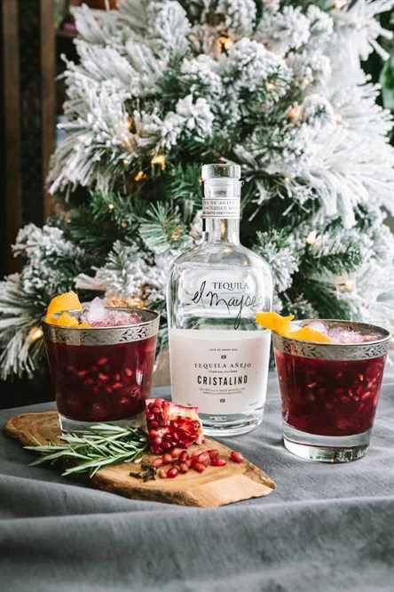 Granada Margarita con tequila delante del árbol de Navidad