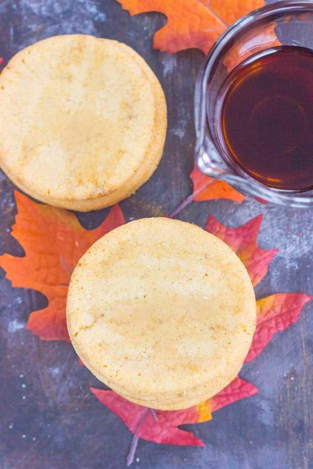 Estas suaves galletas de azúcar de arce son un delicioso regalo de otoño. Con un sabor a mantequilla y un toque de jarabe de arce puro, estas galletas suaves y masticables se convertirán rápidamente en un nuevo favorito.