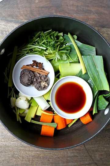Caldo Pho vegetal: esta es una receta de caldo pho vegetal suave pero fragante. ¿Quién dice que necesitas carne para mejorar todo? ¡Este caldo vegano pho demuestra que las verduras bien hechas pueden tener un sabor espectacular! Receta, vegana, verduras, sopa, pho, caldo | pickledplum.com