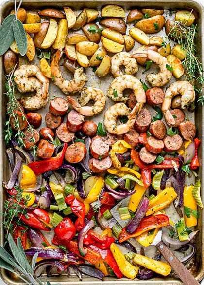 Una vista aérea de la comida en sartén: camarones y salchichas
