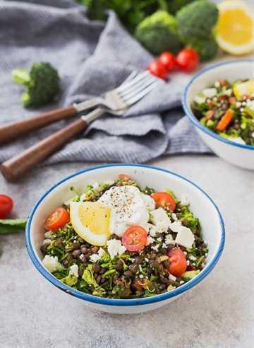 ¡Este tabulé de brócoli con lentejas es el almuerzo perfecto! Puedes avanzar, es súper abundante y muy bueno para ti. Es divertido, sin gluten, y tiene todo el sabor de tabulé que conoces y amas. ¡Se convertirá en un favorito instantáneo!