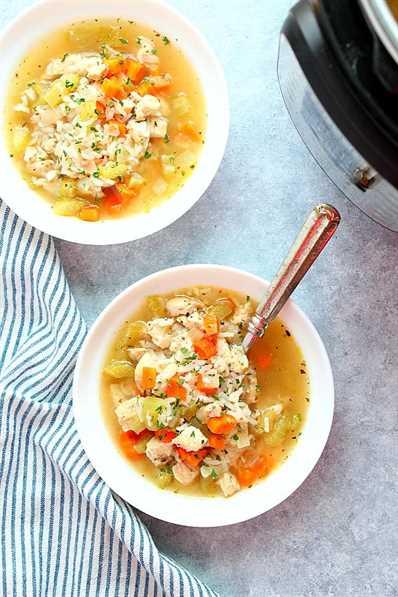 Sopa instantánea de pollo y arroz en dos tazones blancos. Receta instantánea de sopa de pollo y arroz