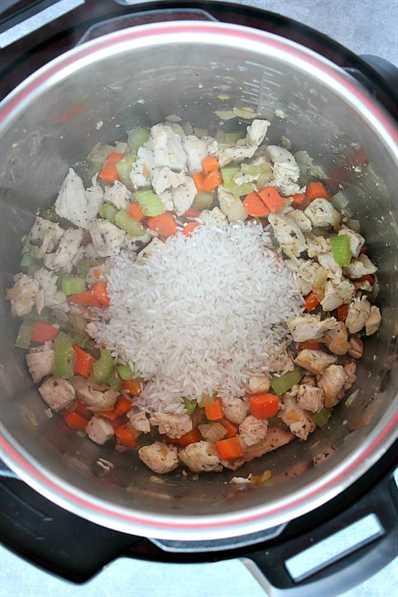 Pollo, zanahorias, apio y arroz crudo en Instant Pot. 1 receta instantánea de sopa de pollo y arroz