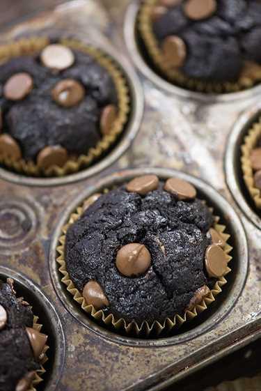 ¡Nos encantan estos muffins de plátano fáciles, llenos de dos tipos de chocolate y tan divertidos!