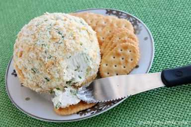 ¡Esta bola de queso Ranch and Onion es muy fácil de hacer y será amada por todos! ¡Perfecto para vacaciones o refrigerios!