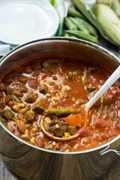 Sopa de carne y verduras: una excelente manera de consumir verduras al final del verano. Se puede congelar y recalentar una vez que el clima más frío se establece.