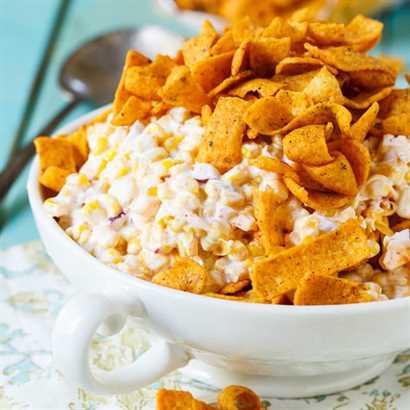 La ensalada de maíz Frito es positivamente adictiva. Perfecto para comidas compartidas, picnics y comidas al aire libre.