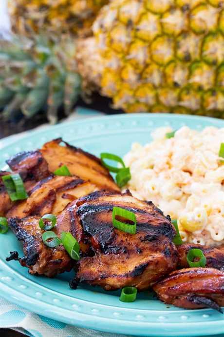 Pollo a la parrilla Huli Huli con ensalada de macarrones hawaianos