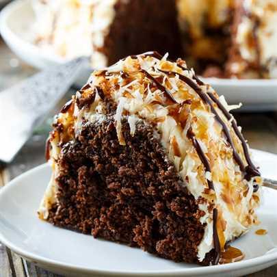 Pastel Samoa Bundt: pastel de chocolate húmedo cubierto de glaseado de caramelo y cubierto de coco tostado.