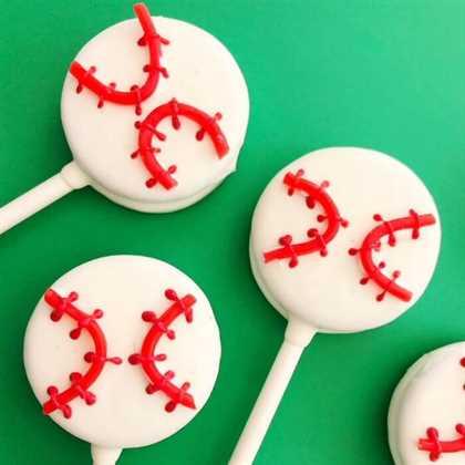 ¡Los oreo pops de béisbol son tan sabrosos! Estos fáciles oreo pops cubiertos de chocolate serán el éxito de tu próxima fiesta. Aprende a hacer pops de oreo de béisbol.