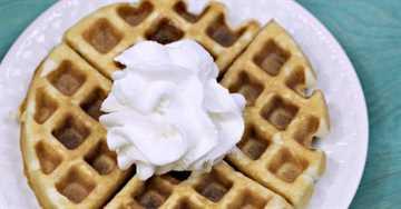 ¿Estás buscando recetas fáciles de mezclar pasteles? Esta receta de pastel de waffles es muy divertida y fácil para los niños. Es una forma divertida de hacer postres de última hora.