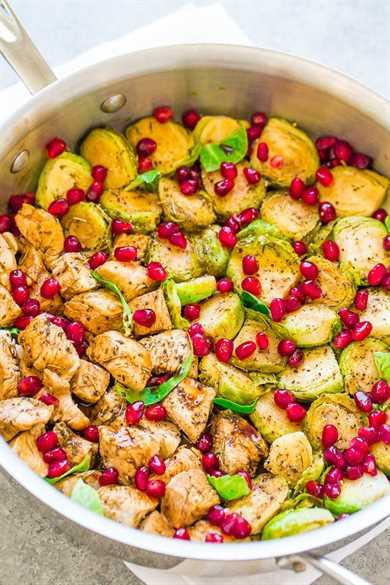 Pollo balsámico con miel con gelatina y coles de Bruselas: ¡FÁCIL, una sartén, saludable, listo en 15 minutos y cargado de SABORES DE OTOÑO! ¡Pollo jugoso, brotes tiernos crujientes, balsámico picante, miel dulce y sazonado a la perfección!