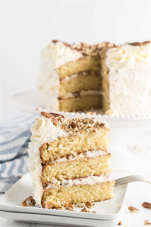 Foto cercana de rebanada de pastel de crema italiana en plato cuadrado con pastel cortado en segundo plano.