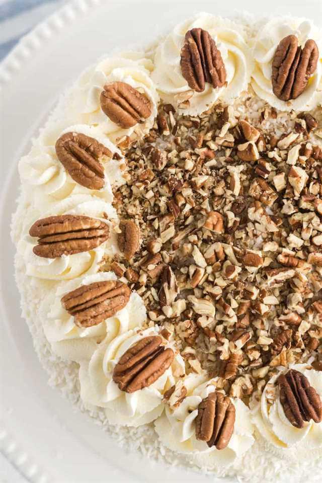 Foto aérea que muestra la parte superior del pastel decorado con nueces y remolinos de escarcha