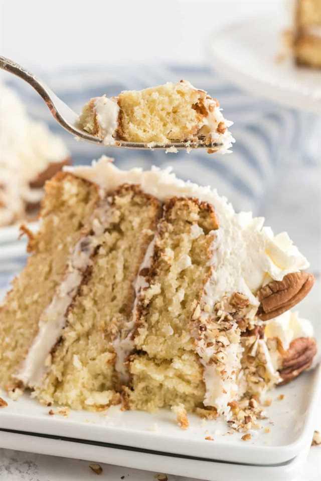 Tenedor que muestra un bocado sacado de una rebanada de pastel en un plato