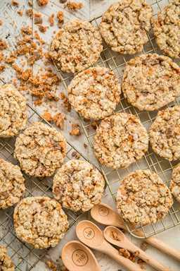 Galletas de avena Butterfinger: ¡galletas realmente INCREÍBLES! Crujiente por fuera y duro por dentro. ¡No tenía autocontrol en torno a estas cookies! ¡¡¡CERO!!! Comí demasiado! Manteca, azúcar morena, azúcar, huevo, agua, vainilla, harina, sal, bicarbonato de sodio, avena de cocción rápida y trocitos de mantequilla Butterfinger. ¡¡MORIR POR!! ¡Haz esto lo antes posible!
