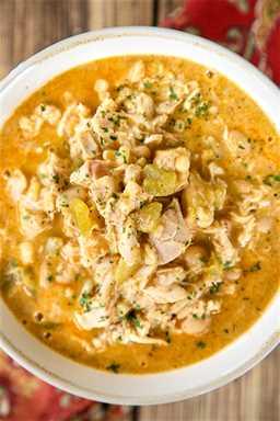 The Ultimate White Chicken Chili: ¡el MEJOR de los MEJORES White Chicken Chilis! ¡Muy bueno y listo para comer en menos de 20 minutos! Pollo rostizado, frijoles blancos, maíz, chiles verdes, caldo de pollo, cebolla, ajo, comino, chile en polvo, mitad y mitad, queso pepper jack. Cubra con un poco de crema agria y queso extra. Hace una tonelada Congele las sobras para una comida rápida más tarde.