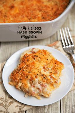 Jamón y queso Hash Brown Casserole - ¡solo 6 ingredientes! Papitas fritas, jamón, queso parmesano, queso cheddar, crema de papa y crema agria. ¡Mmm! ¡Le dio un mordisco y no pudo parar de delirar esta cazuela! Puede hacer con anticipación y refrigerar o congelar para más tarde. Un nuevo favorito en nuestra casa!