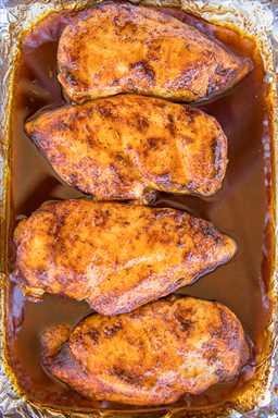 Pollo Cajún Dulce y Picante de 3 Ingredientes: ¡en serio EL MEJOR pollo al horno! ¡Solo 3 ingredientes y listo en menos de 30 minutos! Pollo, azúcar morena, condimento cajún. Nunca hay sobras. Los hacemos al menos una vez al mes. ¡Tan bueno! ¡Sirva sobre arroz o papas para una comida fácil durante la semana! #easydinnerrecipes #chickenrecipes #mardigras