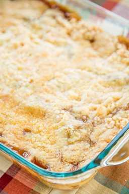 Tarta de manzana y caramelo - sabe a Fall Y'all !! ¡Con solo 4 ingredientes simples, no puedes equivocarte con esta receta fácil de postres! Genial para una multitud. Sirva caliente con un poco de helado de vainilla o crema batida fresca. ¡Nunca tengo sobras! ¡Un verdadero deleite de la multitud!