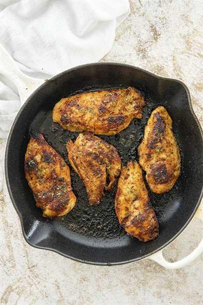 pollo cajún en sartén