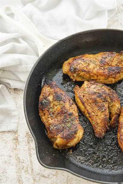 trozo de pollo mostaza cajún con miel en una sartén