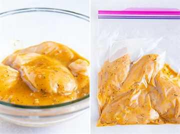 Marinar el pollo en un recipiente de vidrio transparente lleno de salsa de mostaza y miel y en una bolsa Ziploc.