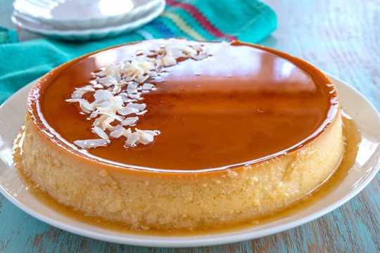 Flan de Coco en un plato blanco adornado con coco rallado
