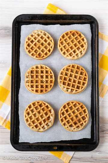 Waffles de plátano caseros: estos waffles de plátano fáciles tienen un exterior crujiente y suave por dentro y son excelentes para el desayuno. Haga un lote doble y congele uno para más tarde.