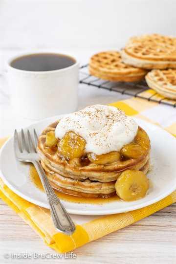 Waffles de plátano caseros: disfrute de una pila de estos waffles de plátano con sus ingredientes favoritos. Gran receta para hacer para el desayuno y para el congelador.
