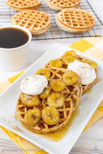 Waffles de plátano caseros: estos waffles de plátano suaves y esponjosos tienen un sabor crujiente por fuera y tierno pan de plátano por dentro. Haga un lote para el desayuno y un lote para congelar para más tarde.