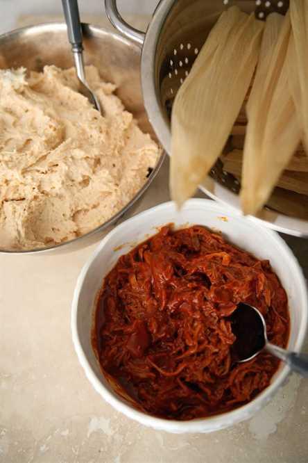 masa para tamales y chile rojo y carne de cerdo con cáscaras