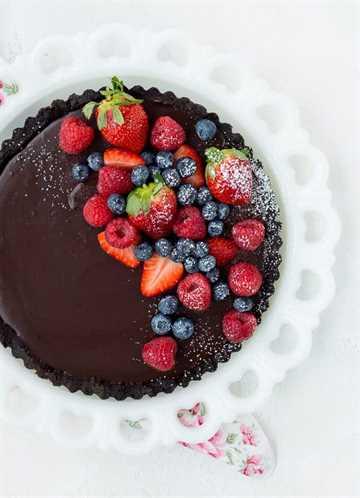 tarta de chocolate con bayas frescas