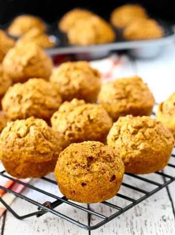 Muffins de salvado de calabaza: todos los sabores de otoño y especias de calabaza, en un panecillo saludable. Perfecto para el desayuno o la merienda. ¡Obtén la receta fácil en RachelCooks.com!
