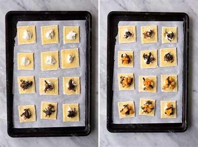 Cuadrados de hojaldre en una bandeja para hornear cubierta con calabaza moscada, cebolla caramelizada y queso ricotta.