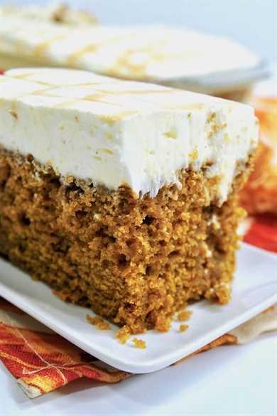 ¡El pastel perfecto! Este soñador pastel de calabaza está empapado con un rico caramelo y cubierto con un glaseado de queso crema batido esponjoso.