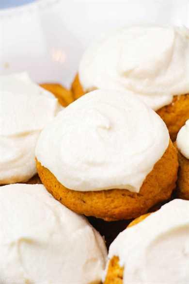 ¡Las gruesas y esponjosas galletas de calabaza cubiertas con un delicioso glaseado de queso crema son uno de los postres de otoño más celestiales!