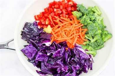verduras arcoiris en sartén blanca