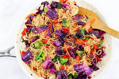 Vegetales lo mein cocinando en sartén